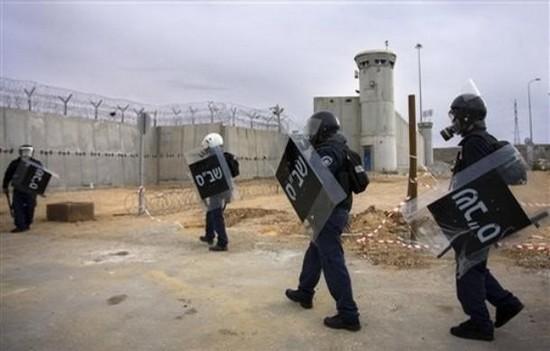 "Photo of الأَسرى الفلسطينيونَ تُحاصِرُهم ""قبضةُ الموتِ"" في السجونِ الإسرائيليةِ"
