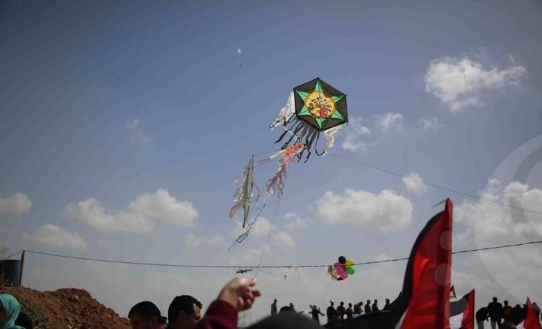 Photo of طائرات ورقية تحمل رسائل غزةَ للعالمِ العودة حق كالشمسِ