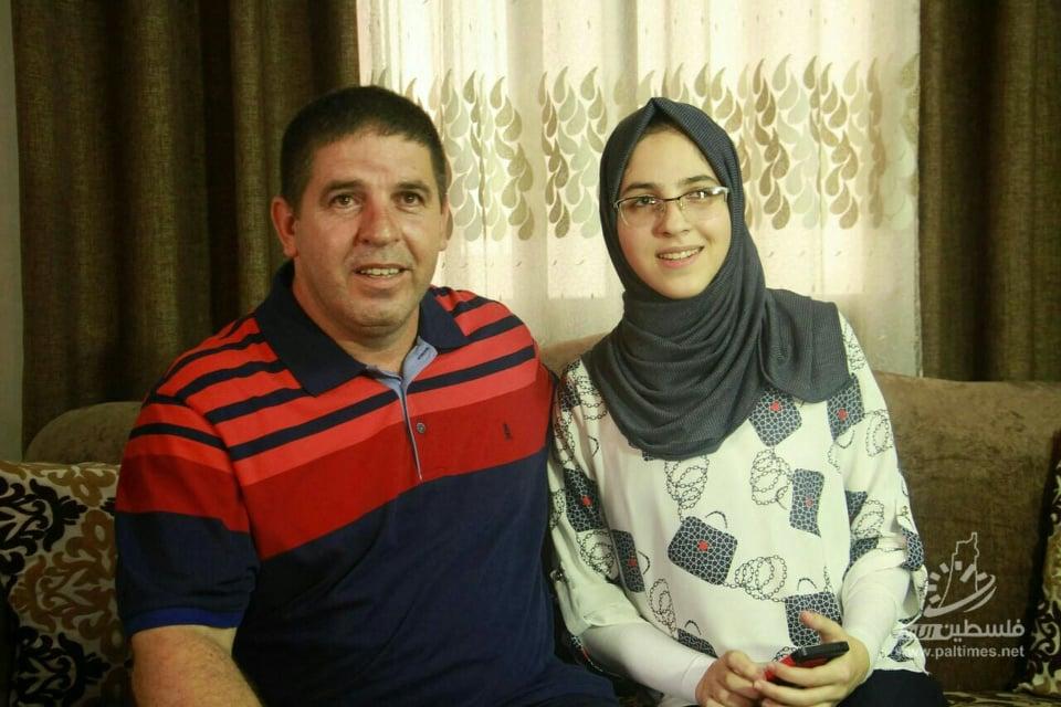 Photo of بالصور: الطالبة آلاء عبد العاطي الأولى على مستوى فلسطين في الفرع العلمي
