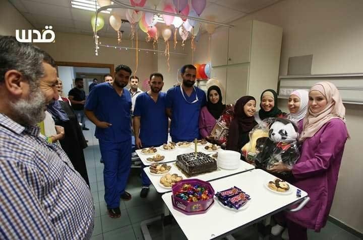 Photo of بالصور: الطواقم الطبية في مستشفى النجاح تحتفل بالطالبة سلسبيل عرباسي بعد نجاحها بالثانوية العامة رغم تلقيها العلاج طوال العام