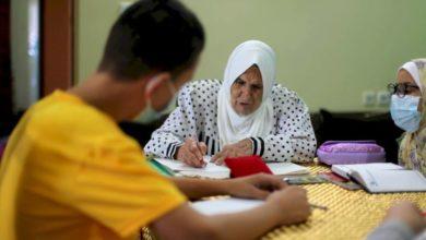 """Photo of إكرام الاسطل: """"العطاءُ غيرُ مرتبطٍ بالعُمرِ، لن أتوقّفَ عن تعليمِ ما أعلَمُ"""""""